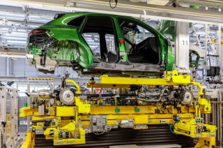 New Porsche Macan Masuk Lini Produksi