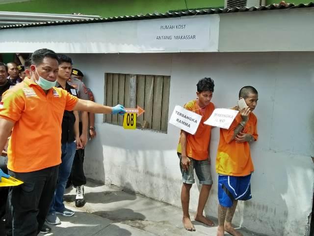 Penyidik Kepolisian Resor Kota Besar Makassar, Sulawesi Selatan, menggelar reka ulang kasus pembakaran rumah di belakang Kantor Polrestabes Makassar, Jalan Serui, Selasa, 4 September 2018. Medcom.id/ Andi Aan Pranata.