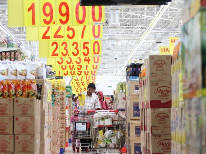 Masyarakat memilih produk makanan dan minuman di salah satu toko ritel Jakarta. Foto: MI/Angga Yuniar.