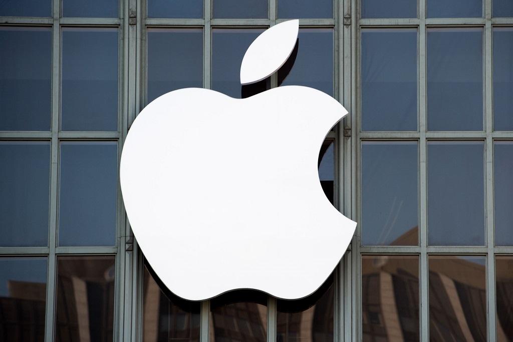 Apple diminta untuk membangun pabrik di AS. (Photo by Josh Edelson / AFP)