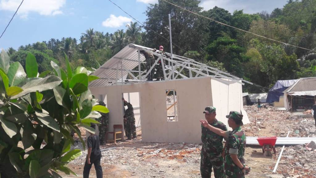 TNI membangun rumah bagi korban gempa di Lombok, NTB. Foto: Istimewa