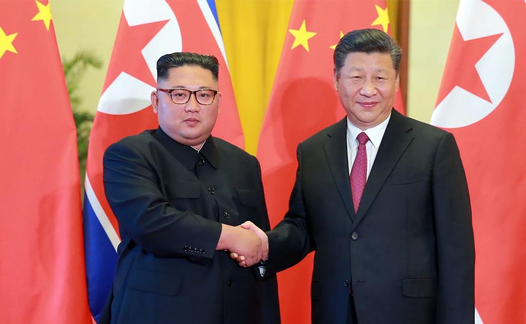 Pemimpin Korut Kim Jong-un saat bertemu dengan Presiden Tiongkok Xi Jinping, Juni 2018. (Foto: AFP)