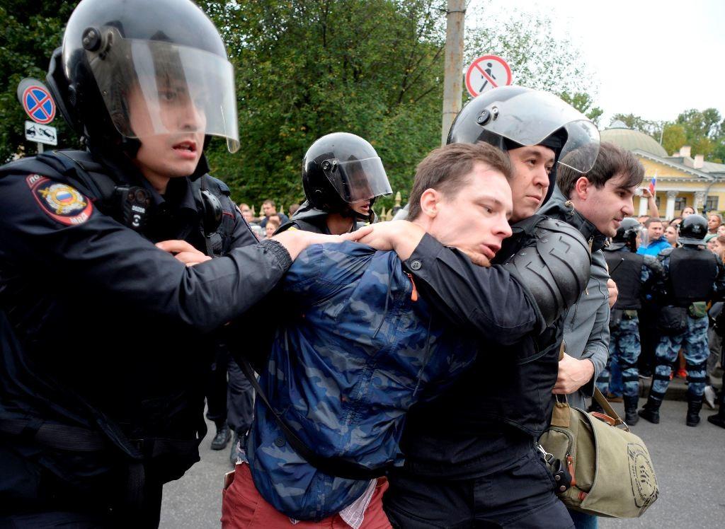 Polisi menangkap lebih dari 800 pendemo di Rusia. (Foto: AFP).