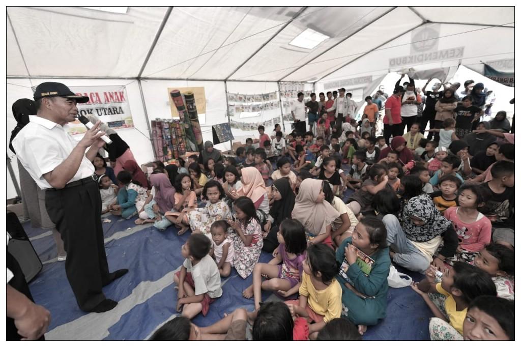Mendikbud Muhadjir Effendy saat meninjau tenda belajar darurat di lokasi gempa Lombok, NTB,  Humas Kemendikbud
