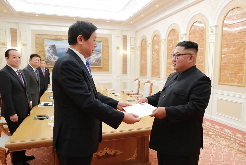 Utusan khusus Tiongkok Li Zhanshu menyerahkan surat Presiden Xi Jinping untuk Kim Jong-un. (Foto: AFP).