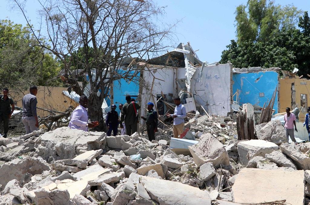 Warga berada di reruntuhan bangunan tempat terjadinya bom bunuh diri di Mogadishu, Somalia, 2 September 2018. (Foto: AFP/ABDIRAZAK HUSSEIN FARAH)