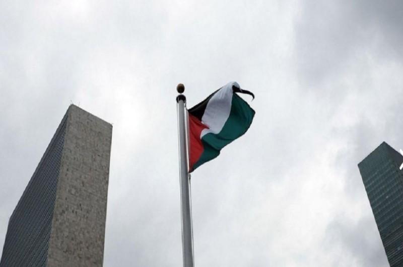 Bendera Palestina untuk kali pertamanya dikibarkan di area gedung PBB, New York, Rabu (30/9/2015). (Foto: AFP / SPENCER PLATT / GETTY IMAGES NORTH AMERICA)
