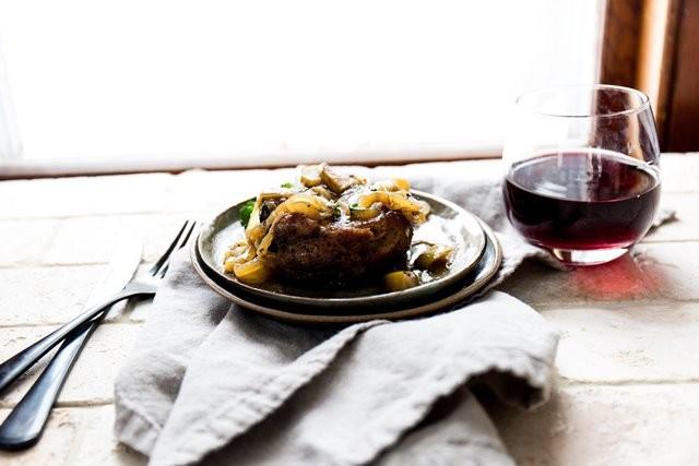 National Health Service dari Inggris sendiri merekomendasikan bahwa seseorang yang mengonsumsi lebih dari 90 gram daging merah dan olahan dalam sehari harus mengurangi asupan mereka. (Foto: Katherine Chase/Unsplash.com)
