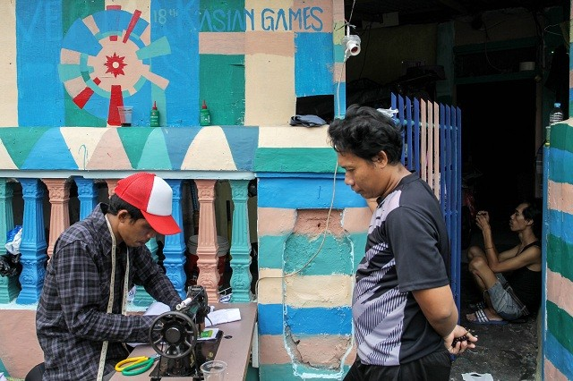 Ilustrasi. Sejumlah warga beraktivitas diantara tembok rumah dan jalanan yang telah dicat dengan tema gelaran ASIAN GAMES 2018 di Kampung Delta, Serdang, Jakarta, Minggu (22/7).