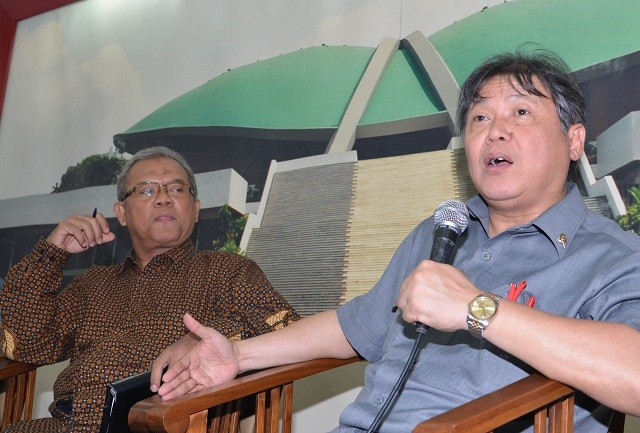 Anggota Komisi XI DPR Hendrawan Supratikno (kanan) menyam paikan pendapatnya disaksikan Pakar Hukum Pidana Universitas Trisakti Abdul Fickar Hajar dalam sebuah diskusi di Kompleks Parlemen, Jakarta, Kamis (8/10). Foto: Mohammad Irfan