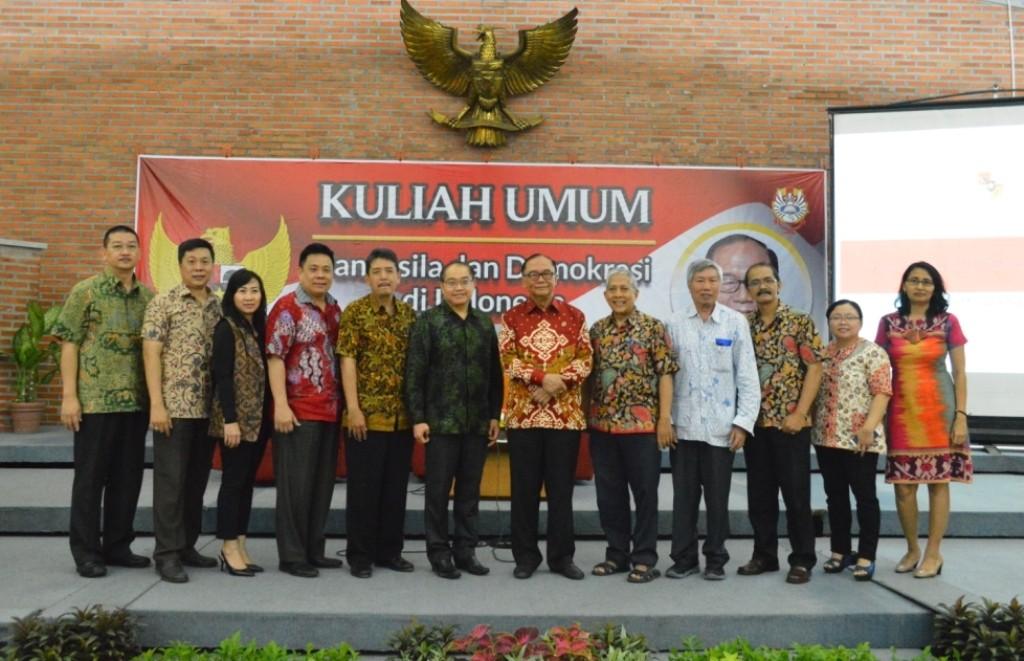 Sidarto Danusubroto berfoto bersama Jajaran UKWMS dan Forum Indonesia Bersatu, dokumentasi UKWMS.