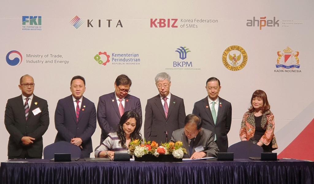 Menperin Airlangga Hartarto (berdiri ketiga kiri) menyaksikan penandatanganan 15 MoU yang dilakukan oleh perusahaan dan institusi Pemerintah Indonesia-Korea Selatan pada Forum Bisnis dan Investasi 2018 di Seoul (Foto: Kementerian Perindustrian)