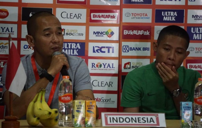 Asisten pelatih timnas Indonesia Kurniawan Dwi Yulianto (kiri) membeberkan kunci kesuksesan kemenangan timnya atas Mauritinus pada konferensi pers usai laga (Foto: Medcom.id/Kautsar Halim)