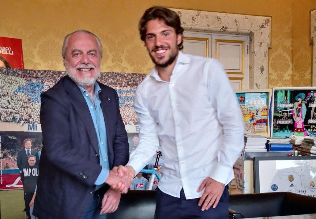 Presiden Napoli Aurelio De Laurentiis (Kanan) berjabat tangan dengan Simone (Kiri) (Foto: Twitter Aurelio De Laurentiis)