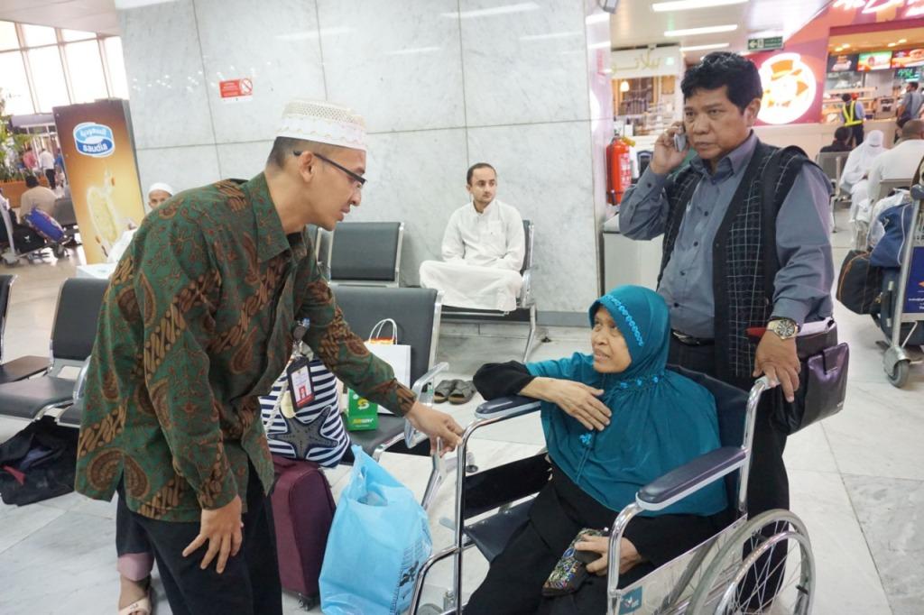 TKI asal Jawa Tengah, Supiyah (kursi roda) dipulangkan ke Indonesia. (Foto: Dok. KJRI Jeddah)