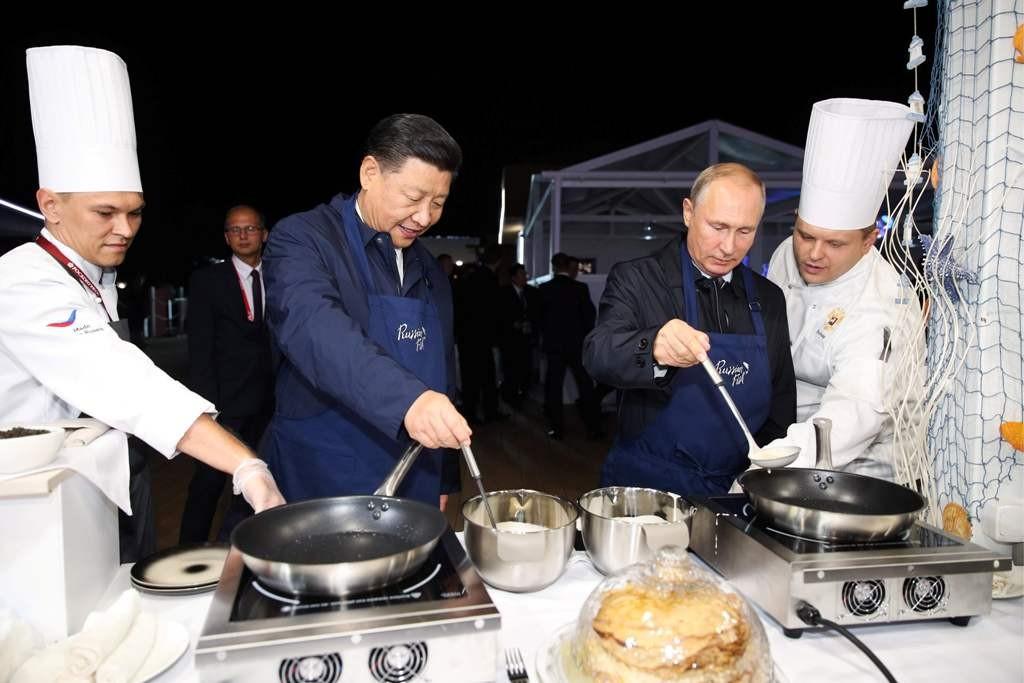 Presiden Tiongkok Xi Jinping dan Presiden Rusia Vladimir Putin memasak bersama. (Foto: AFP)