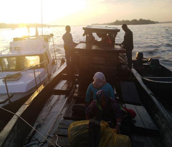 Sat Polair Tanjungbalai berhasil mengamankan kapal tanpa nama dan tanda selar bermesin dompeng 28, yang diduga membawa Tenaga Kerja Indonesia (TKI) Ilegal, Rabu, 12 September 2018 sekitar pukul 05.15 WIB. Foto: Istimewa.