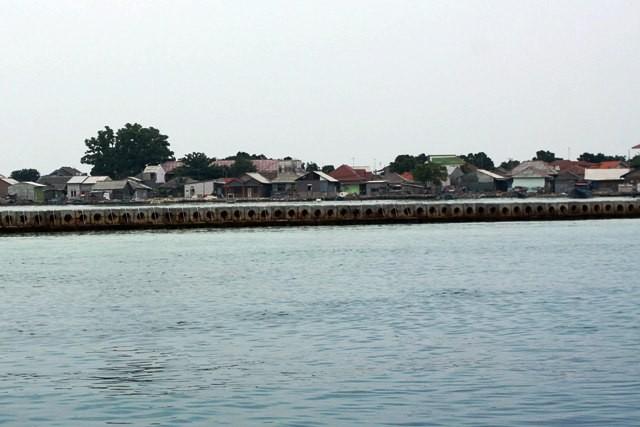 pemecah ombak terpasang di perairan di Kawasan Kepulauan Seribu. Foto: MI/Galih.