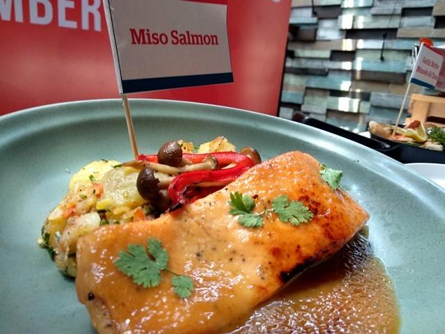 Jadi tak semuanya serba bercangkang, Anda bisa menikmatinya salah satunya Miso Salmon yang disajikan nikmati di The Holy Crab. (Foto: Dok. Medcom.id/Sri Yanti Nainggolan)