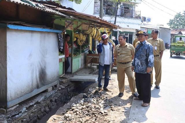 Wali Kota Tangerang Arief R Wismansyah mengecek kondisi Jalan di MH Thamrin, Kebon Nanas, Kota Tangerang, Banten, Rabu, 12 September 2018.