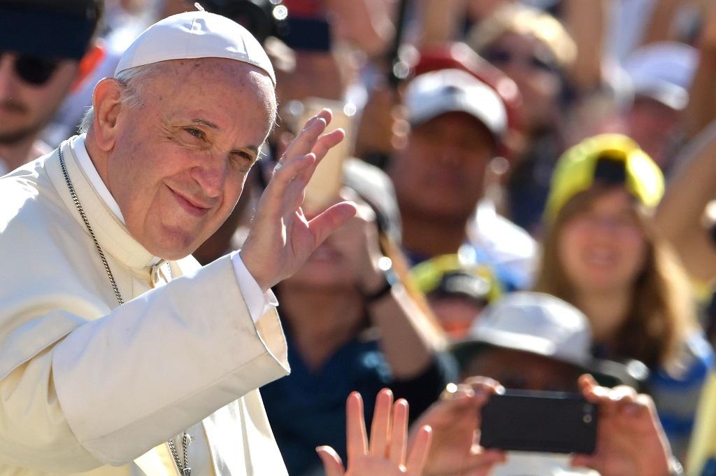 Paus Fransiskus menyapa orang-orang di Lapangan Santo Petrus, Vatikan, 12 September 2018. (Foto: AFP/TIZIANA FABI)