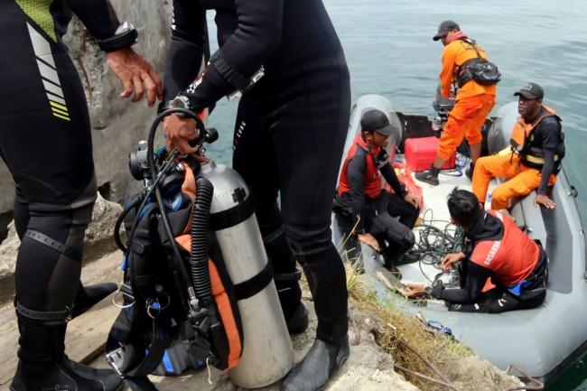 Tim SAR gabungan mengangkat perlengkapan selam saat pencarian korban tenggelamnya KM Sinar Bangun, di Danau Toba, Simalungun, Sumatera Utara. ANT/Irsan Mulyadi.