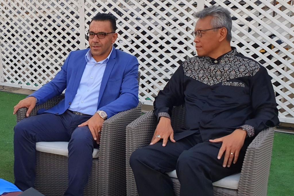 Dubes Andy Rachmianto (kanan) dan Gubernur Yerusalem Adnan Ghaith (kiri). (Foto: Dok. KBRI Amman).