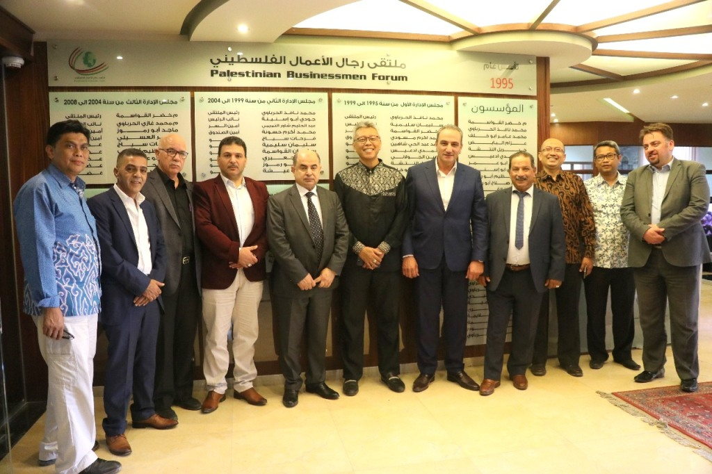 Dubes RI Andy Rachmianto bersama Ketua KADIN Hebron (kelima dari kiri) Gazi Herbawi di kantor Palestinian Businessmen Forum. (Foto: Dok. KBRI Amman).