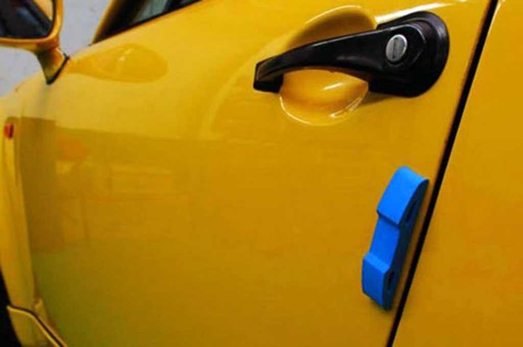 Pasang door guard untuk mencegah pintu lecet akibat terkena benturan saat akan membuka pintu. eBay