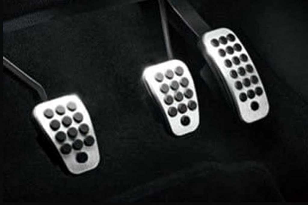 Hindari penggunaan pedal set yang terbuat dari bahan plat atau stainless karena permukaannya licin. Ford