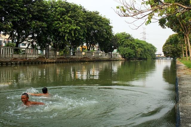 Dua orang anak berenang di aliran Kali Malang, Bekasi, Jawa Barat, Rabu (12/9). ANTARA FOTO/Risky Andrianto.