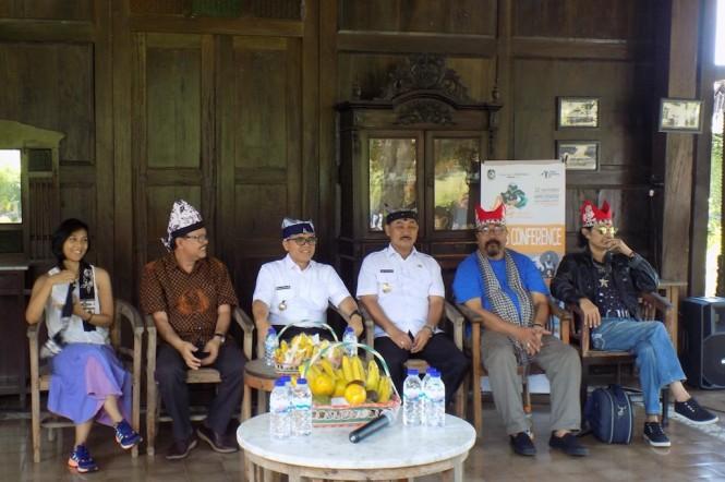 Bupati Banyuwangi Abdullah Azwar Anas (tengah) bersama tim Ijen Summer Jazz 2018 dalam konferensi pers (dok Jazz Gunung Indonesia)