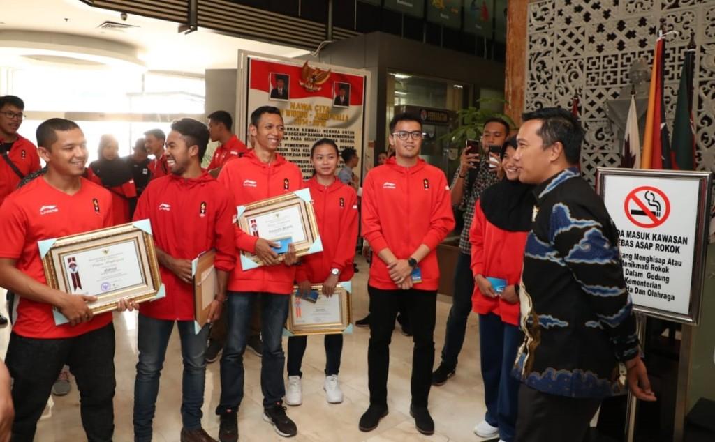 Menpora  Imam Nahrawi beri piagam penghargaan dan buku tabungan - - Foto: Dok Kemenpora