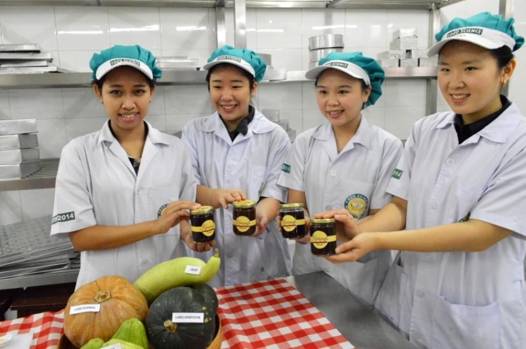 Empat mahasiswa UKWMS pencipta selai Kopi dan Labu, dokumentasi UKWMS.