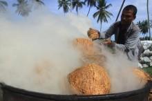 Olahan Batok Kelapa Pesisir Selatan Tembus Pasar Global