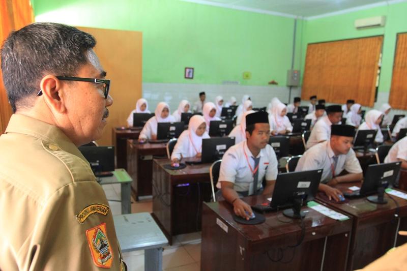 Ilustrasi guru sedang mengawasi siswa ujian. MI/SUPAARDJI RASBAN
