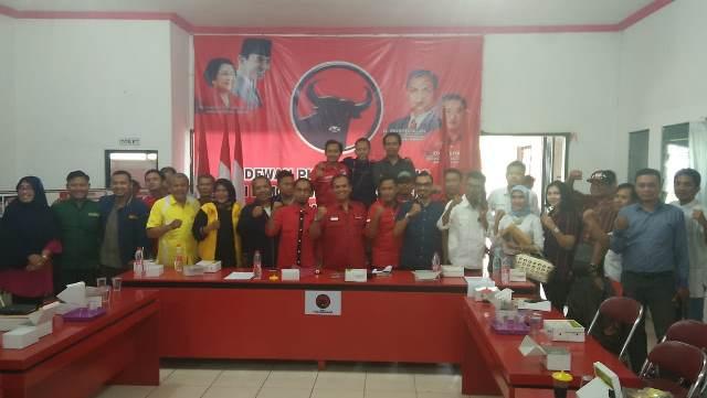 Rapat pembentukan tim pemenangan Jokowi-Ma'ruf Amin di Pemilihan Presiden (Pilpres) 2019 tersebut, digelar di Sekretariat DPC PDI Perjuangan Kabupaten Cirebon, Jawa Barat, Kamis, 13 September 2018. Medcom.id/ Ahmad Rofahan.