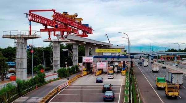 Kegiatan pembanguan jalur rel LRT di sisi Tol Jagorawi. Keberadaan LRT mendorong proyek properti di Kabupaten Bogor dilirik para pencari rumah. AFP Photo/Bayu Ismoyo