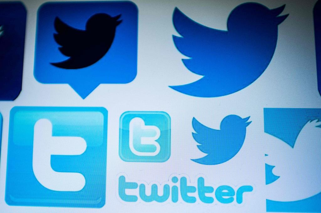 Akun bot di Twitter memiliki pengaruh lebih besar. (Photo by NICOLAS ASFOURI / AFP)