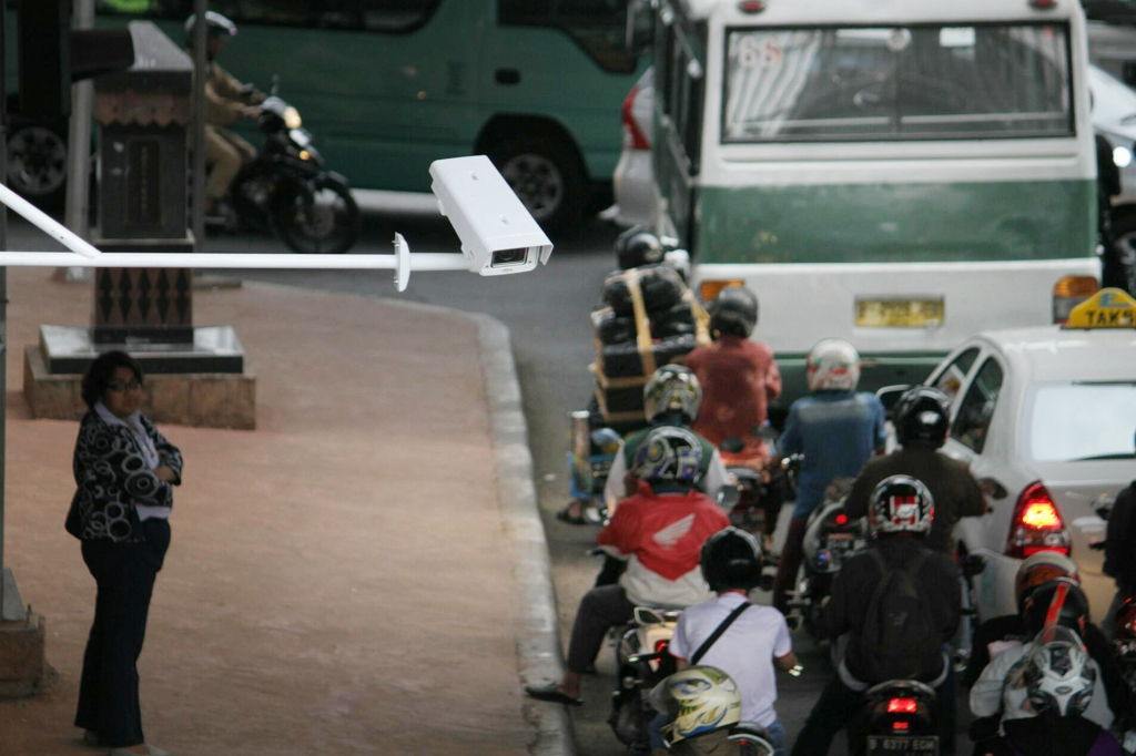 Pengendara melintas di depan alat pendeteksi nomor kendaraan otomatis di Jalan HR Rasuna Said, Jakarta. Foto: MI/Arya Manggala.