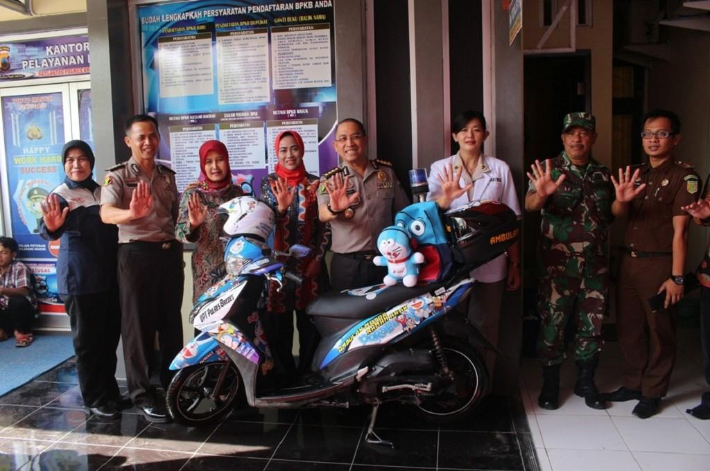 Jajaran pejabat Pemkab Brebes berpose di motor ambulans berdesain Doraemon sebagai salah satu fasilitas di poliklinik khusus anak korban kekerasan seksual, Jumat 14 September 2018, Medcom.id - Kuntoro