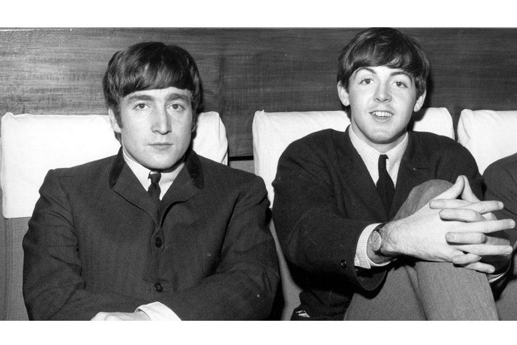 John Lennon (kiri) dan Paul McCartney (kanan) pada tahun 1963 (Foto: Fox Photos/Getty Images)