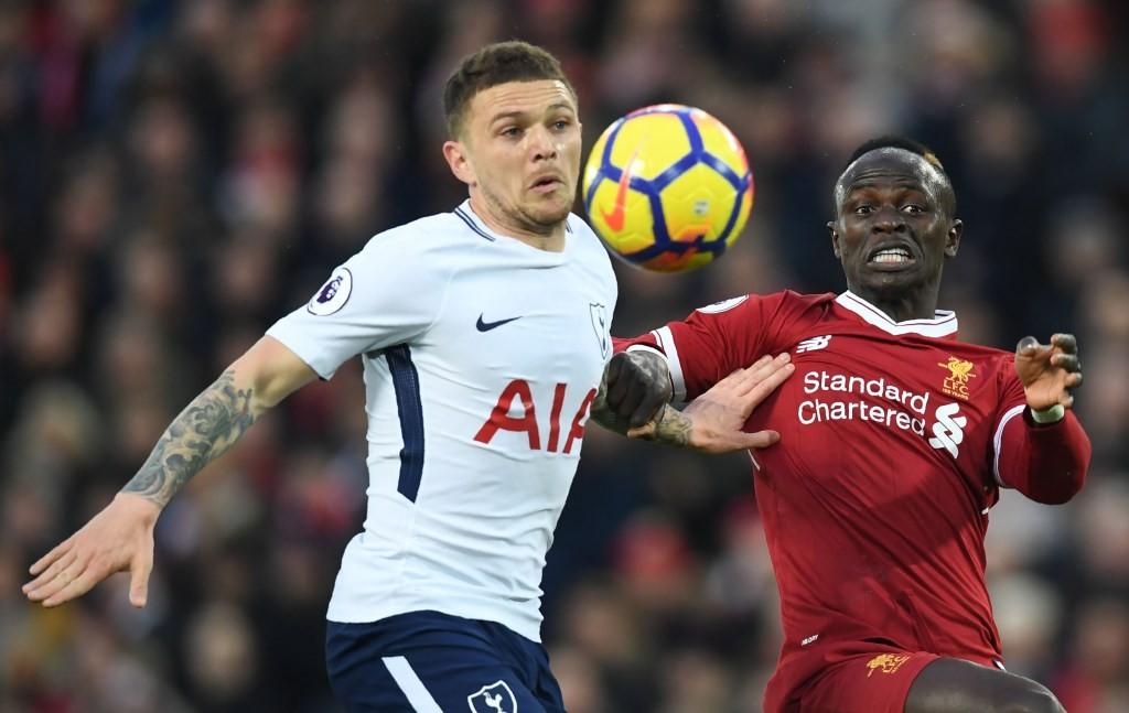 Momen saat bek Tottenham Hotspur Kieran Trippier berduel dengan penyerang Liverpool Sadio Mane (kanan) pada musim lalu (Foto: AFP/Paul Ellis)