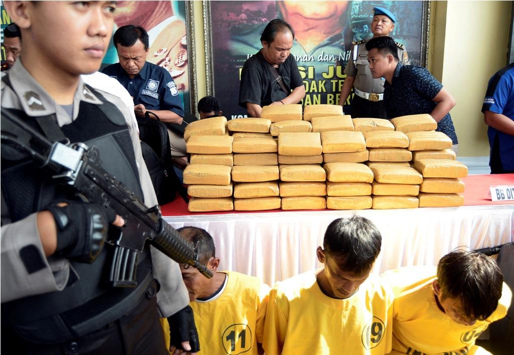 Anggota kepolisian menunjukkan tiga orang tersangka dan barang bukti 341 kilogram ganja asal Aceh saat rilis di Polres Mesuji Lampung, Lampung, Kamis (13/9)..Antara