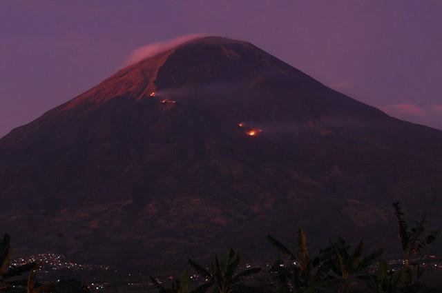 Kobaran api dan kepulan asap kebakaran hutan Gunung Sindoro terlihat dari Desa Muntung, Candiroto, Temanggung, Jawa Tengah, Senin (10/9). ANTARA FOTO/Anis Efizudin.