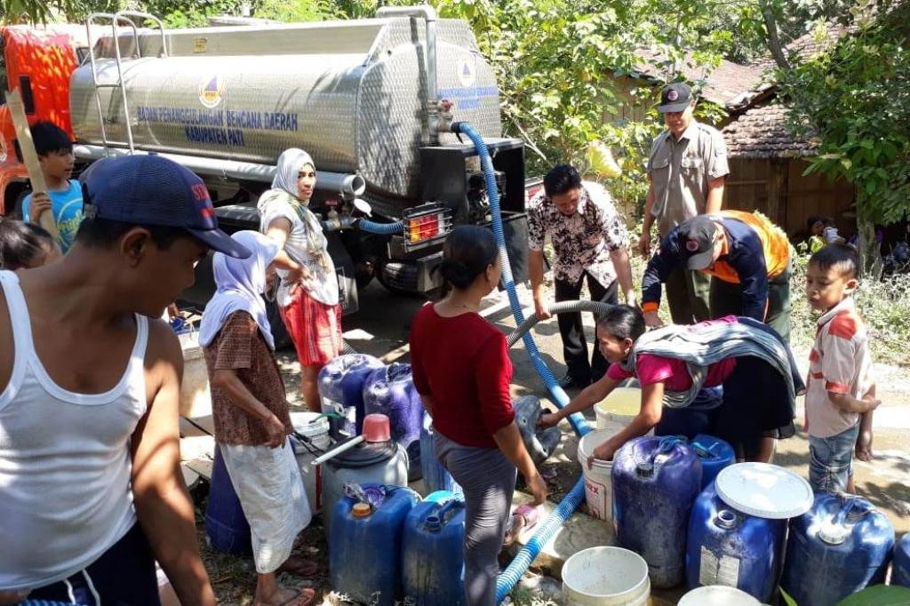 Droping air bersih bagi warga terdampak kemarau di Kabuapten Pati oleh BPBD Pati. Medcom.id/Rhobi