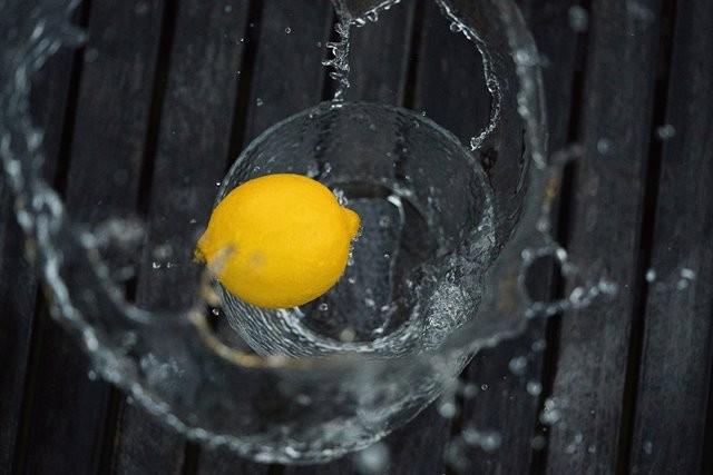 Minum vitamin C tingkat tinggi memang dapat meningkatkan dua hal tersebut, tapi tidak dengan minum air lemon. (Foto: Matt Nelson/Unsplash.com)