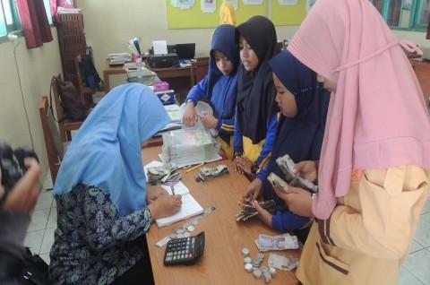 Siswa SD Patungan Sisihkan Uang untuk Guru Bergaji Kecil