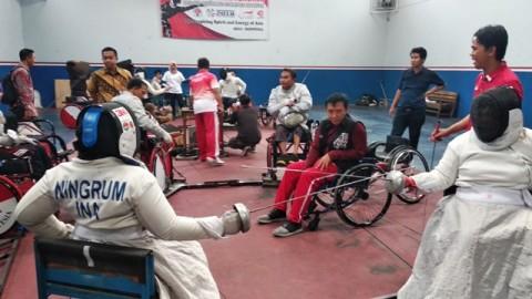 Menpora Imam Nahrawi di tengah-tengah atlet anggar kursi