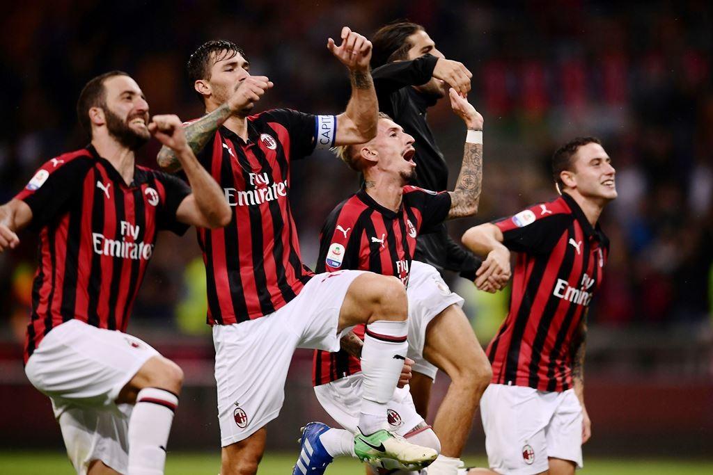 Penggawa AC Milan merayakan kemenangan 2-1 atas Roma pada lanjutan Liga Italia Serie A. (Foto: MARCO BERTORELLO / AFP)